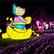 宜蘭縣宜蘭市家族旅遊,不限員山公園無夜晚每逢接近年底宜蘭各個鄉鎮陸續會有五光十色的燈飾裝飾街道,象徵迎接煥然一新的開始。自2018年起,宜蘭縣政府廣場開始舉辦聖誕燈飾造景活動,吸引不少遊客來此打卡留念,通常燈飾開放時間都會延長至農曆春節。此外,員山燈會可是宜蘭最具代表性的燈會之一,不僅有各式的燈飾造景還有歌手演唱活動,周邊還有各式小吃可以品嘗,豐富度頗高。然而,羅東中山公園面積雖不大,但逢年過節也是燈光閃閃,水池廣場前還有街頭藝人的表演,在跨年的夜晚更是有知名歌手演唱會將氣氛High到最高點。