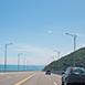 台東縣太麻里鄉深度旅遊金崙大橋春,夏,秋,冬無自然生態全台最美高架橋就在太麻里!金崙高架橋位於南迴公路(台九線)412至415公里之間,當初為了南迴公路截彎取直而興建,緊鄰太平洋和台東大武山,一邊是東部無敵濱海風景,一邊是整片綠油油的山景,兩側串接著東台灣海岸線的美好,也因為海邊風較大,為了避免風切造成翻車意外,時速限定50公里,雖說速度較慢,但行駛在如此美的路段上再慢都沒關係呀。