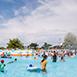 宜蘭縣五結鄉親子同樂,親朋好友,不限冬山河親水公園夏無戶外活動,育樂體驗在冬山河親水公園從超大型的龍舟競賽、西式划船,到家庭親子的休閒知性之旅,都令你流連忘返.暢意而歸。自1996 年起的每年暑假於親水公園舉辦的『宜蘭國際童玩藝術節』,有來自各國的表演團體演出,還有大型的水上活動,千萬別錯過哦!